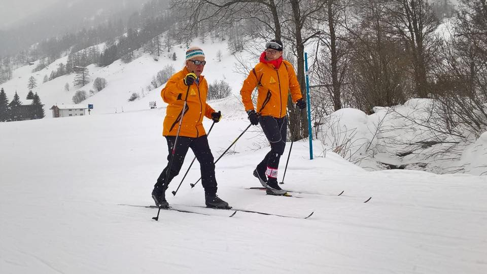 un cieco pratica lo sci di fondo con la sua guida