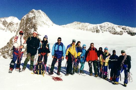 gruppo di escursionisti schierati in formazione